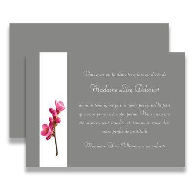 Carte de deuil neutre pour remercier après un décès. Cette carte sera particulièrement appréciée pour une dame. Teinte grise sobre agrémentée d'un bandeau blanc avec une fleur. Tous nos remerciements de deuil sont livrés avec des enveloppes assorties.
