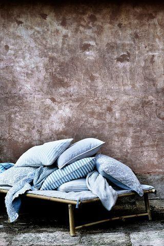 Vackra kuddar, plädar, filtar och rottingmöbler från danska Broste Copenhagen .