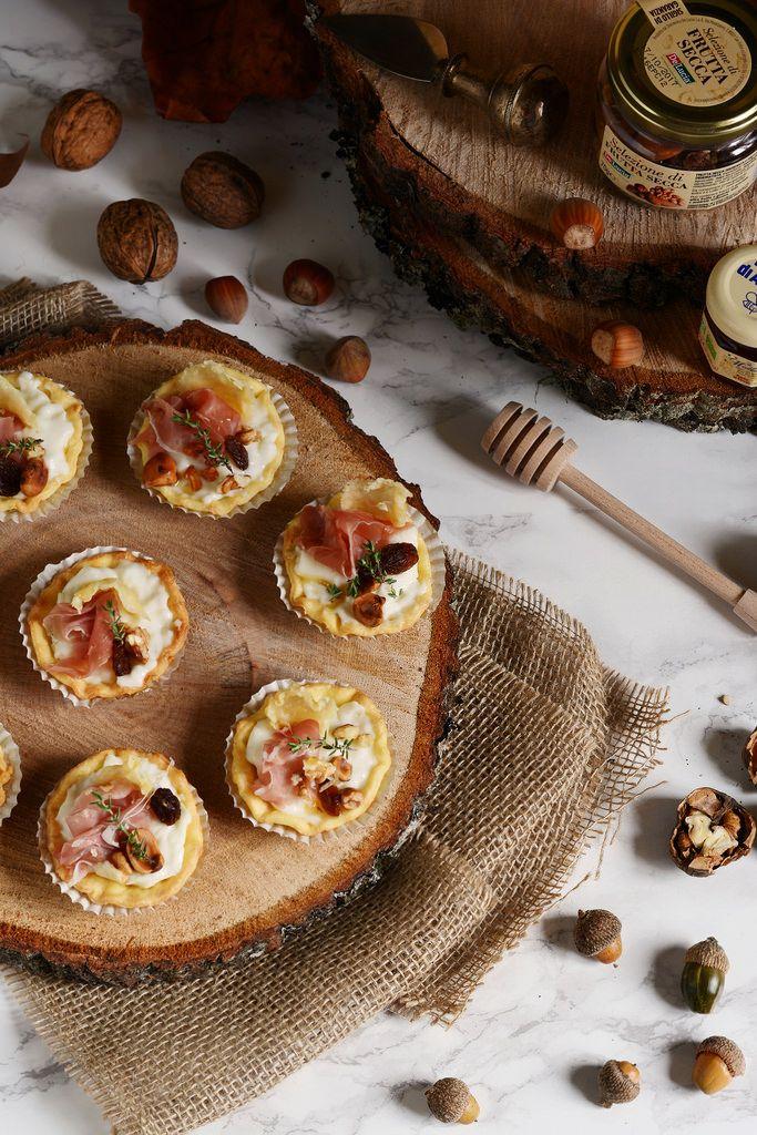Mini crostatine al parmigiano, miele e frutta secca   Farina lievito e fantasia