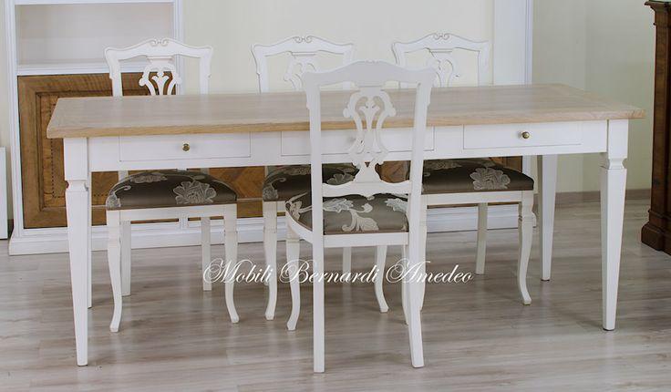 Tavolo scrittoio con basamento in legno massello finitura bianco anticato e top in rovere spazzolato, chiaro.