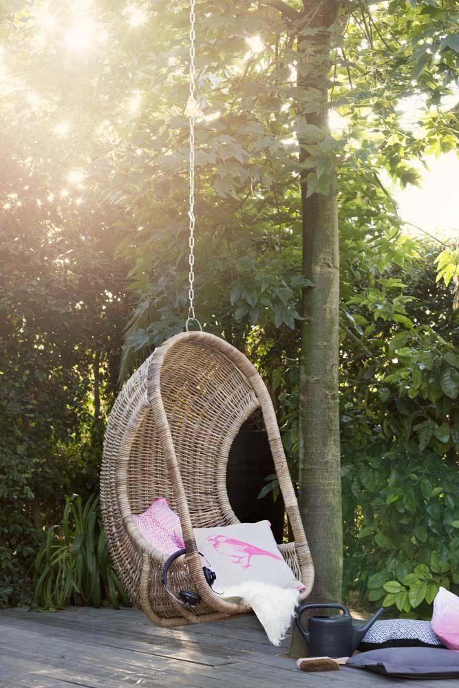 Onmisbaar in de tuin: de hangstoel. Hang hem aan een boom of aan de schommel. Voor heerlijke relax-momenten van jong tot oud!