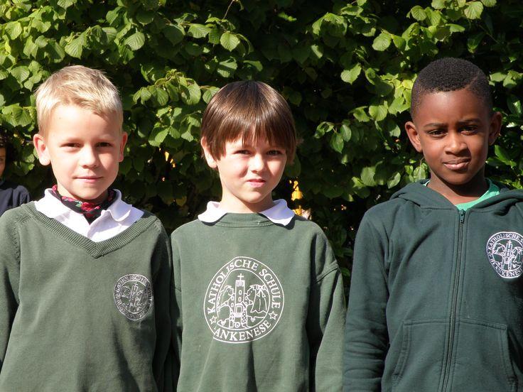 Wir bieten an unserer Schule #Schulkleidung (nicht verpflichtend) an, die von vielen Kindern gerne getragen wird. ~ Vorrätig sind grüne Zipp-Pullover, grüne Sweatshirts, grüne Pullover mit V-Ausschnitt, grüne T-Shirts, weiße Polohemden und grüne Baseballcaps. ... ~ Schulpulli mit weißem Polohemd und dunkelblauem Rock oder einer dunkelblauen Hose bilden auch die festliche Kleidung der Chorkinder  der Schule für ihre Auftritte.
