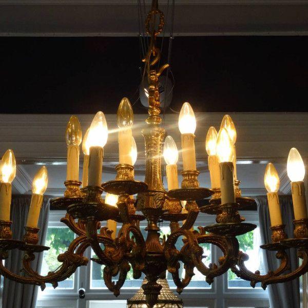Rijk bewerkte bronzen kroonluchter met zestien lichtpunten