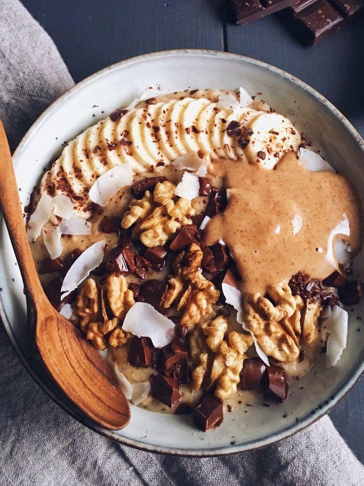 chunky-monkey-porridge/ Porridge façon Chunky Monkey (1 personne) :  Porridge :  – 45g de flocons d'avoine  – 120ml de lait d'amande sans sucres ajoutés  – 180ml d'eau  – 1/2 banane  – 1 datte medjool  – 1 cuillère à café de poudre de mesquite (facultatif)  – 1/2 cuillère à café de vanille en poudre  – une pincée de sel rose de l'Himalaya (ou de sel de Guérande)  Garniture :  – 1/2 banane  – 5-6 cerneaux de noix  – 20g de chocolat noir grossièrement haché (ou pépites de chocolat noir)  – 1…