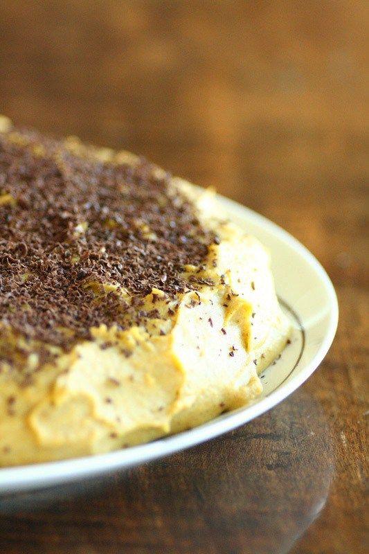 Oppskrift på gul kake, kake med gul krem, suksesskake eller suksessterte. Samme kake, mangenavn! I denne oppskriften på lavkarbo suksessterte er detbrukt fløte i kremen og nøtte-mandelbunn. Den e…