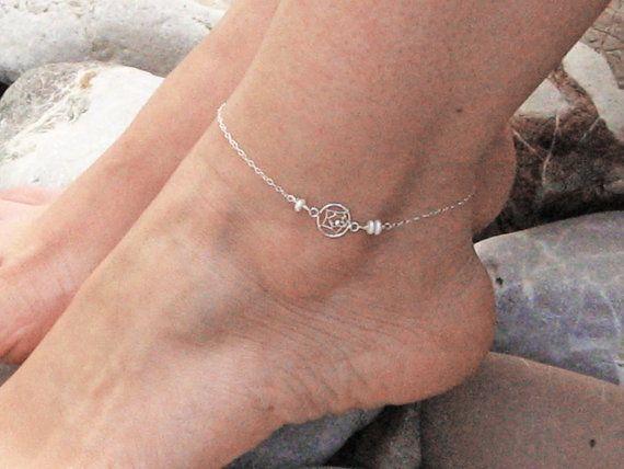 Een delicaat enkels armband gemaakt met een sterling silver dream catcher en versierd met drie witte zoetwaterparels, verbonden met een sierlijke dunne