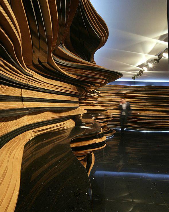 """Cette installation des designers brésiliens Humberto et Fernando Campana a été réalisée à partir de plaques de revêtement décoratif """"eco"""" du groupe Cosentino.    Une accumulation de couches qui rappelle l'aspect des grottes et des roches sédimentaires.    Ce système de décoration """"eco"""" est conçu à partir de 75% de matériaux recyclés: miroir, verre, porcelaine et autres résidus additionnés d'une résine écologique à base d'huile végétale."""
