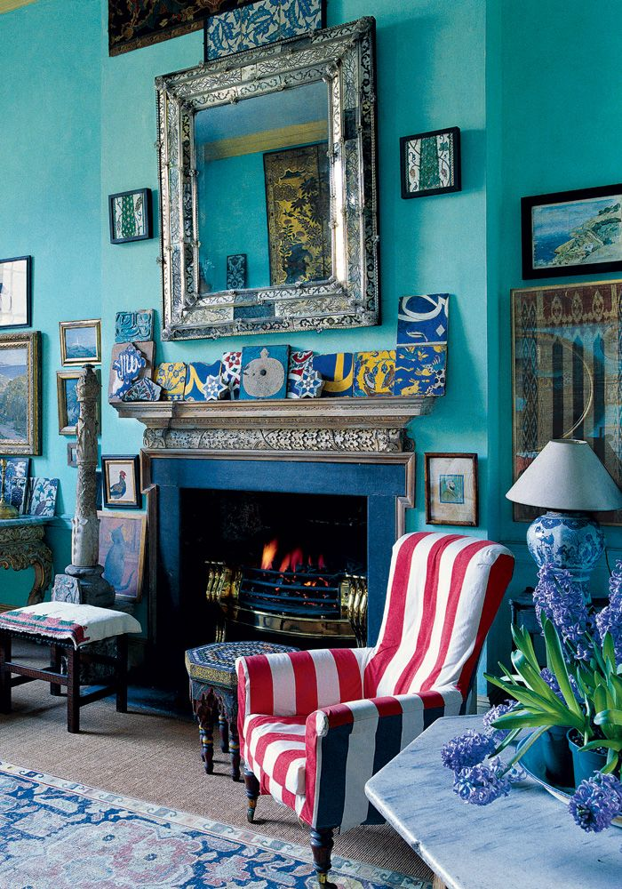 The former actor and antiques dealer Peter Hinwood's drawing room, a mix of exotic artifacts and 18th-century objects. Fritz Von Der Schulenburg © The World of Interiors