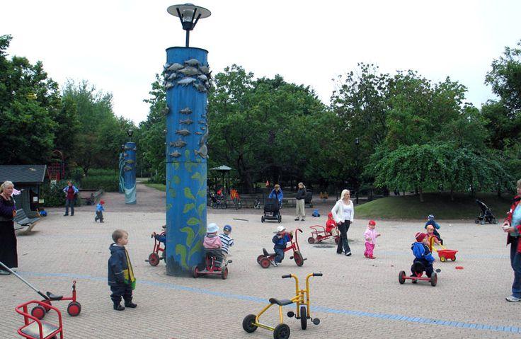 Lahnalahden leikkipuistossa on oma nimikkopaalu ja paljon erikoisen muotoisia puita. Takana oikealla sateenvarjojalavia. [Satu Tegel]