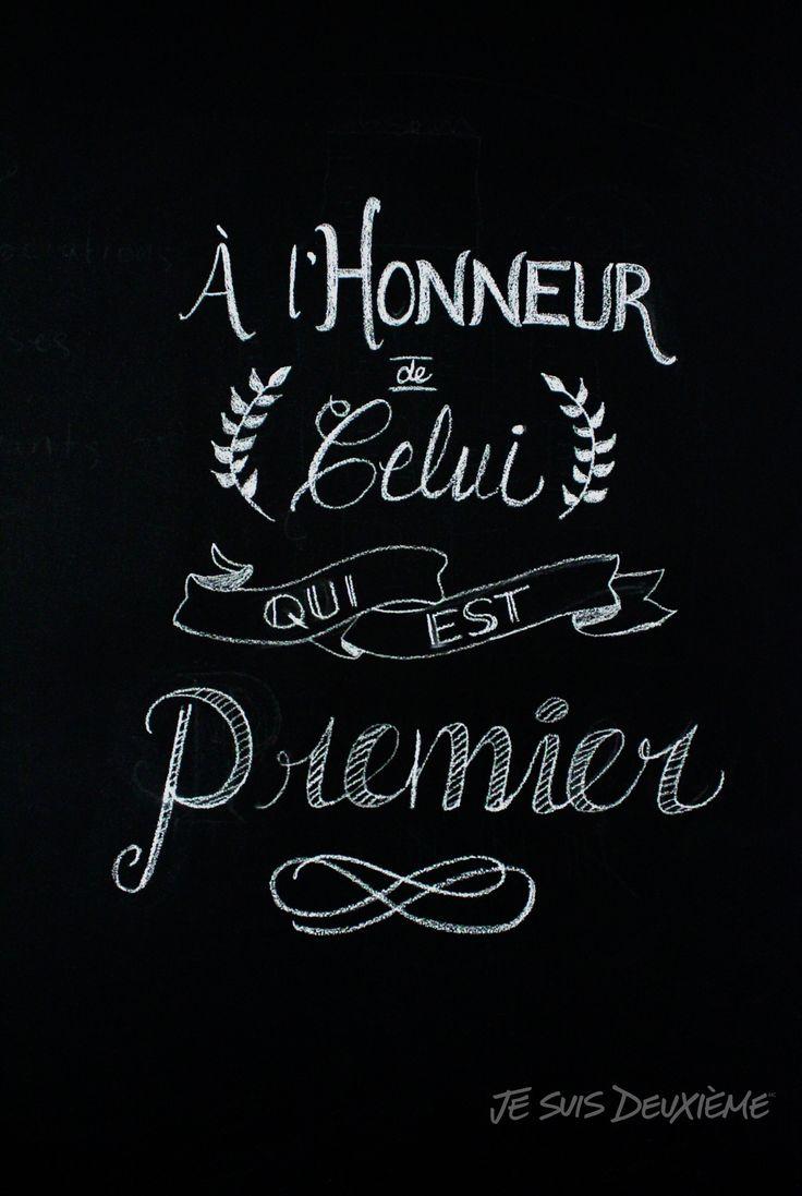 """Tableau noir  """"À l'honneur de Celui qui est premier"""" www.jesuisdeuxieme.com"""