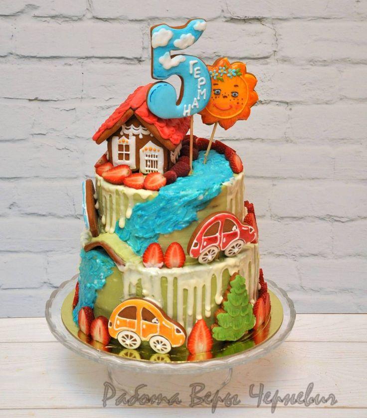 Двухъярусный яркий тортик с пряничным декором на день рождения Германа!  Нижний ярус - нежнейший банановый бисквит с кремом на основе маскарпоне и творожного сыра, клубничным конфи. Сверху - многослойный медовик со сметанным кремом и грецкими орешками. Свежие ягоды и крем-чиз в декоре тортика. #пряничныйтерем#верачерневич#тортназаказ#тортназаказмосква#тортбезмастики#тортикбезмастики#торт_пряничныйтерем#тортспряниками#тортпряники