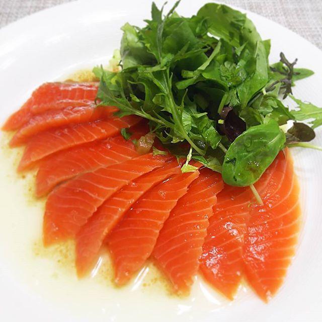 良いサーモン柵をみつけ、岩塩などであっさり味付けしたサーモンマリネの前菜から😄 #飲みながら #ながら料理 #サーモン #salmon #サーモンマリネ  #salad #前菜 #appetizer #mycooking #instasalad #instacook
