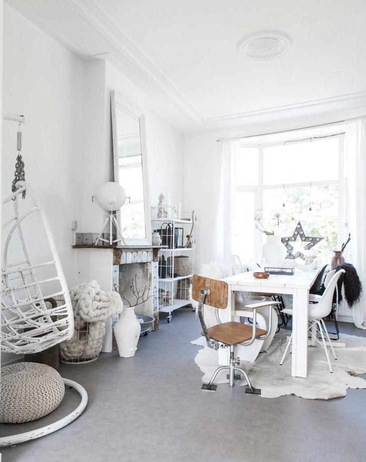 Witte hangstoel   white hanging chair   vtwonen 02-2017   Styling Sanne Pol   Fotografie Sonja Velda   Tekst Amber van Rijn
