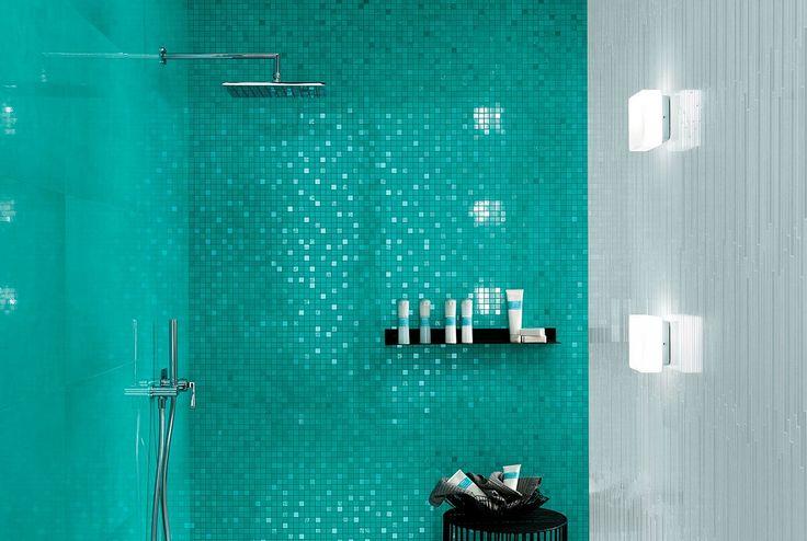 Мягкое сияние и эффект смоляной прозрачности оживляют составленную из стройных полос мозаику Dwell Ice Mosaico L.