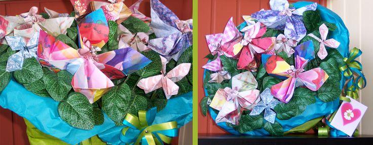 Kado bruiloft, bos met origamibloemen van vouwblaadjes en briefgeld