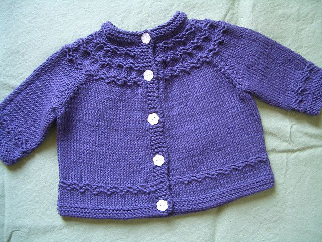 Seamless yoked baby sweater (newborn/3mon) - by Carole Bareyns Knitting on the net