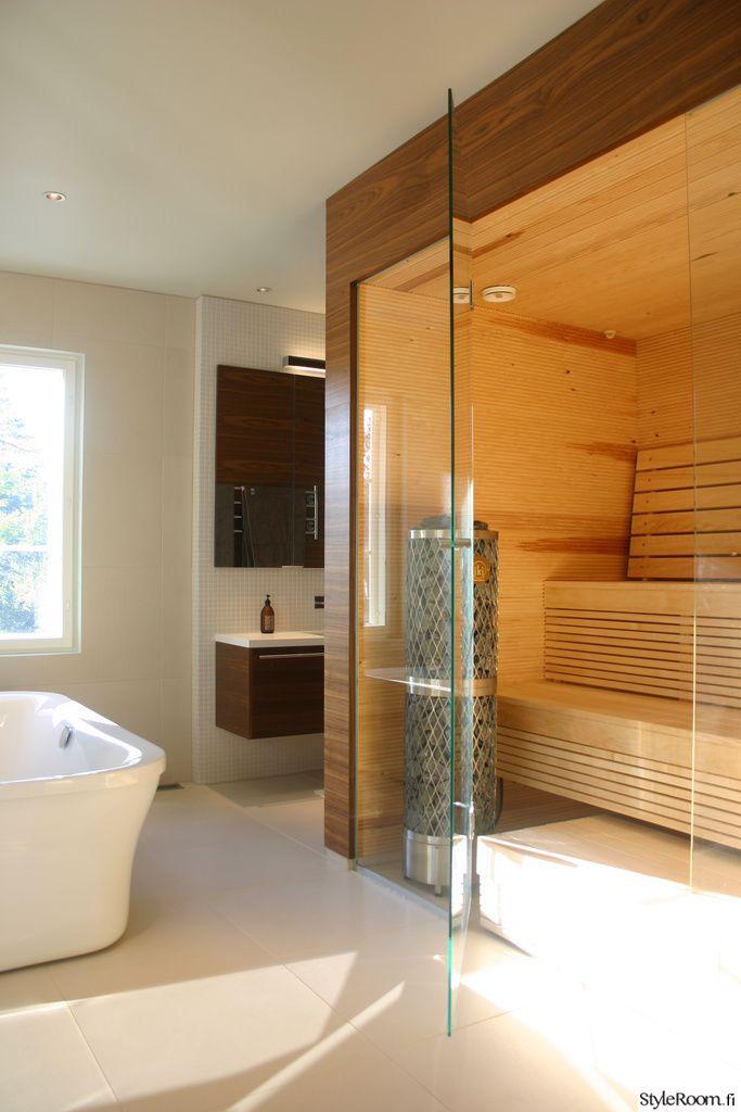 """""""Villa-Bella"""":n sauna ja kylpyamme näyttävät suorastaan kylpevän valossa! #styleroom #inspiroivakoti #sauna #kylpyhuone"""