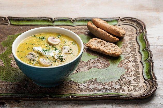 Νόστιμη και θρεπτική σούπα με λαχανικά της εποχής.