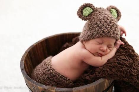 出典:http://famimo.com ブライダルフォトやマタニティフォトに続いて、今注目されている『ニューボーンフォト』をご存知ですか? ニューボーンフォトとは産まれたばかりの赤ちゃんや、赤ちゃんと家族を一緒に撮る写真のこと。 では、具体的にはいつ頃取ればいいの?産後にそんなことして大丈夫?そんな疑問にお答えします! 1.いつ撮ればいいの? 出典:http://apg624.blog.fc2.com ニューボーンフォトの撮影時期は出産後、28日までがオススメです。そのあたりをすぎると赤ちゃんはふっくらとし始め、ぷにぷにとした赤ちゃんらしい姿になっていきます。 しかし、それまではまだ小さく、しわしわとしてとても儚げ。その時期にニューボーンフォトを取る意味は、写真を見るたびに産まれてきてすぐのことを思い出し、いつまでも「産まれてきてくれてありがとう」という思いと出産の苦労と感激を忘れないためなのです。 2.どこで撮るの? 出典:http://www.photo-satou.com…