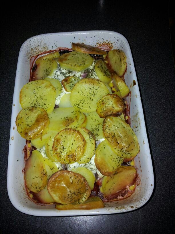 Kabeljauw met rode bietjes en aardappelen.