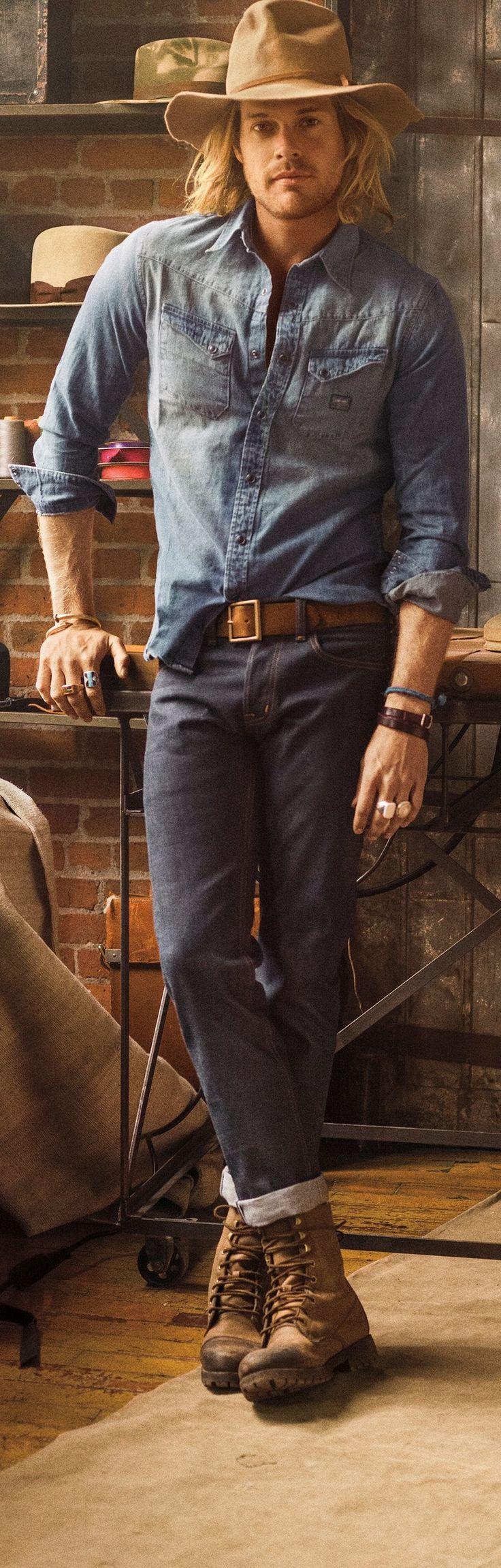 Cette chemise westerntrès cool, signée Ralph Lauren Denim & Supply, en denim teint à l'indigo, a été délavée pour un look usé.