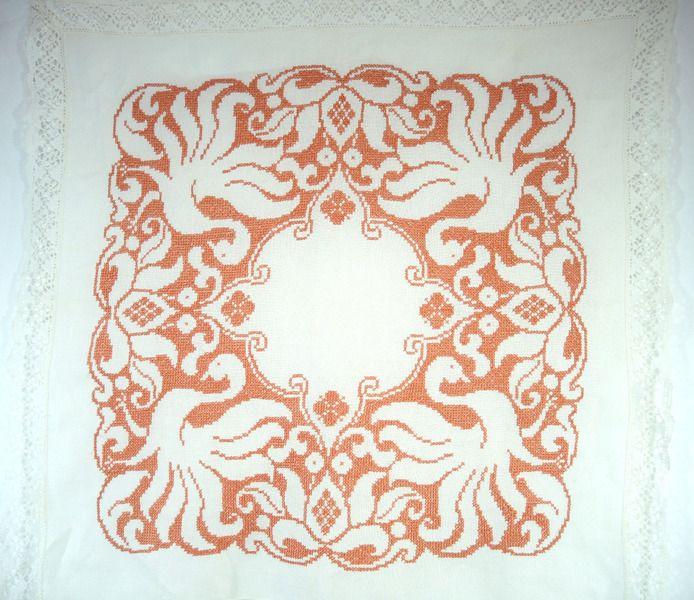 Bestickte Leinentischdecke mit Schwanenmotiv von Maison-de-Mamie auf DaWanda.com