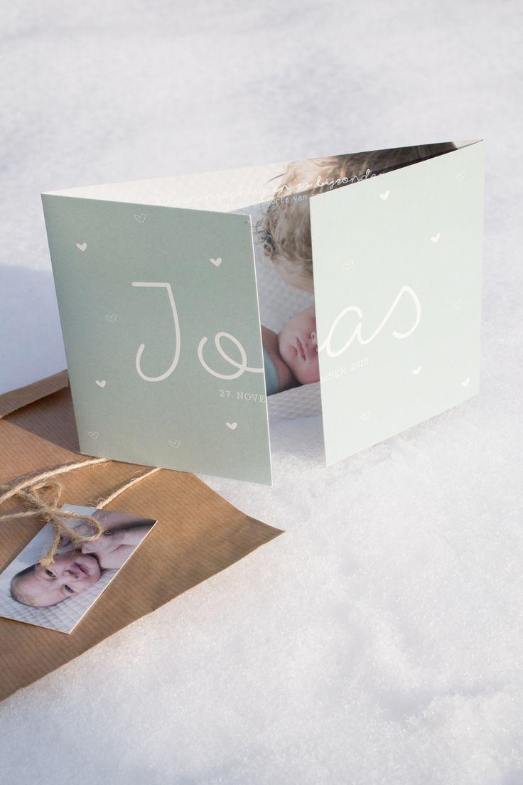 Het mintgroene geboortekaartje van Joas met kleine hartjes, een label en een sluitsticker - Ontwerp door Leesign - www.leesign.nl - #leesign #geboortekaart #geboortekaartjes #geboortekaartje #jongen #birth #announcement #mint #fairepart #naissance #hartjes #mintgroen