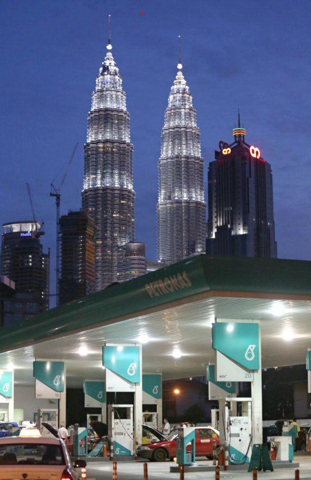 マレーシア経済は大きく発展する可能性を秘めている(クアラルンプールのペトロナスツインタワー=後方) ▼26Jul2015日本経済新聞|ジョホールバル 空白の大地はフロンティアの匂い http://www.nikkei.com/article/DGXMZO89639090T20C15A7000000/ #Menara_Berkembar_Petronas #Petronas_Towers