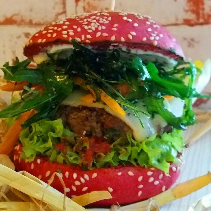Ab Heute... Der Beetroot Burger 160 g Bio-Beef  frittierter Rucola, angeschwenkte Zuckerschoten und Karotten, Chia-Samen, Höhlenkäse, hausgemachter Ketchup und Limettendip mit grünen Pfeffer im Red Bun