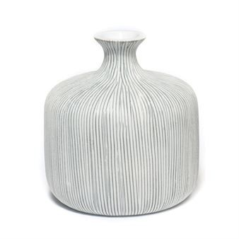 Decorate your home with the elegant Bottle Vase Grey from Lindform. Lindform is a Swedish brand that produces handmade ceramic of highest quality. The vases are inspired by shapes in the nature and have also a touch of the minimalistic and Japanese idiom. Since it´s handmade, each vase has its own expression. Perfect for the small flower or just as a decoration!