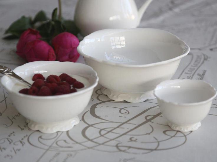 Set om 3 st vackra porslin skålar från Provence serien, Chic Antique  Passar även som present att ge bort till någon du tycker om  Mått:D9/14/18 cm  Material: Porslin  Varumärke: Prevence serien- Chic Antique
