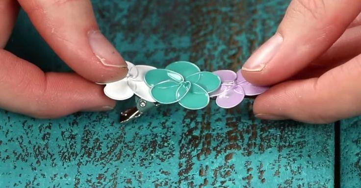 Enrole um arame em volta de uma caneta, tire e separe os círculos. Mergulhe-os em esmalte e o resultado parece que saiu de um conto de fadas.