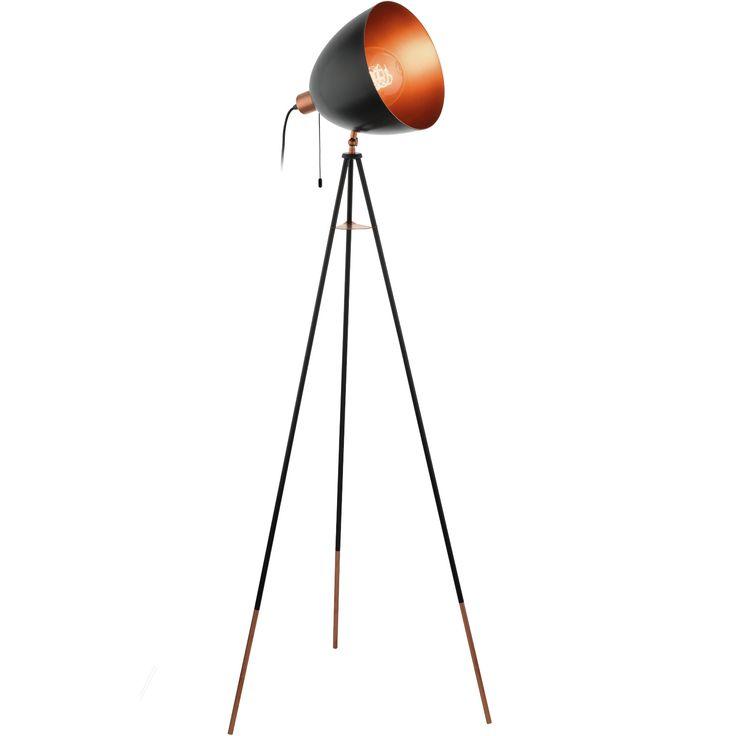 Lámpara de pie de aires vintage, fabricada en acero lacado en color negro con detalles en color cobre.  Su diseño se sostiene una minimalista tripode de finas patas bicolores negro-cobre, convietiéndola en una pieza sofisticada y elegante con un puntito retro irresistible.   Tiene una altura de 135,5cm, un ancho de 60cm y un fondo de 60cm.