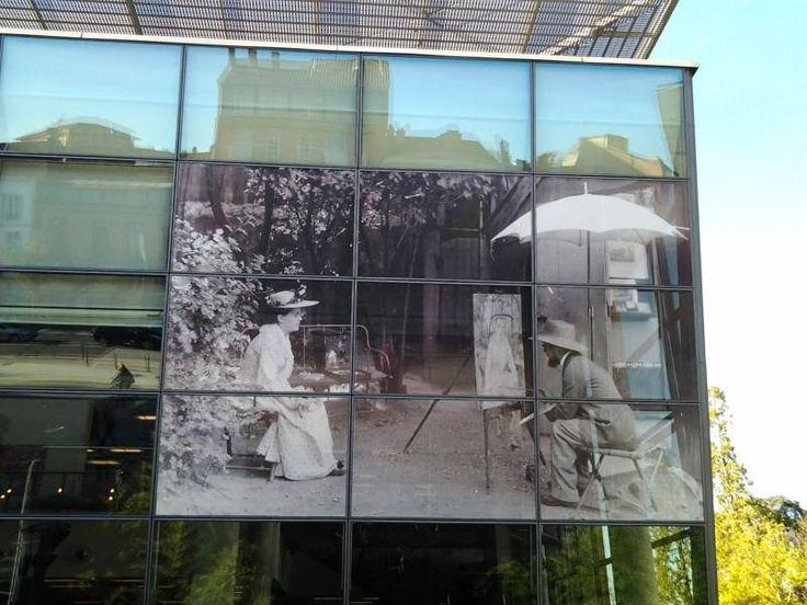 Henri de Toulouse-Lautrec sur la façade de la médiathèque Pierre-Amalric d'Albi.