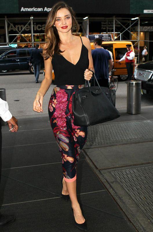 Falda lápiz - La falda lápiz será la estrella de los looks working de esta temporada. Nos gusta especialmente este modelo estampado que luce Miranda Kerr.