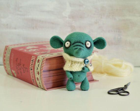 Nadel Felted Doll - Fox in einen Schal. Ein perfektes Geschenk für jedermann. Fox-Nadel Filz aus Naturwolle. Er misst ca. 5 1/8 Zoll (13cm) hoch. Das Gefühl frei zu Convo mich mit Fragen, die vielleicht von Ihnen und vielen Dank für Ihren Besuch auf meinem Shop! Vielen Dank für Ihren