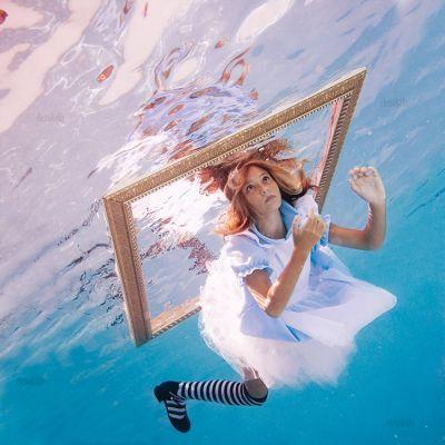 幼女を水中に放り込んで不思議の国のアリスをイメージした写真集「Alice in WaterLand」 - GIGAZINE