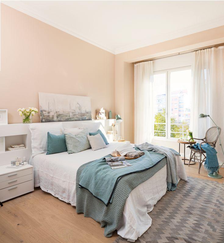 Dormitorio con cabecero en blanco y ropa de cama balnca y azul_ 00458540b