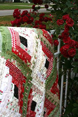 Log Cabin Christmas quilt. This is so pretty.