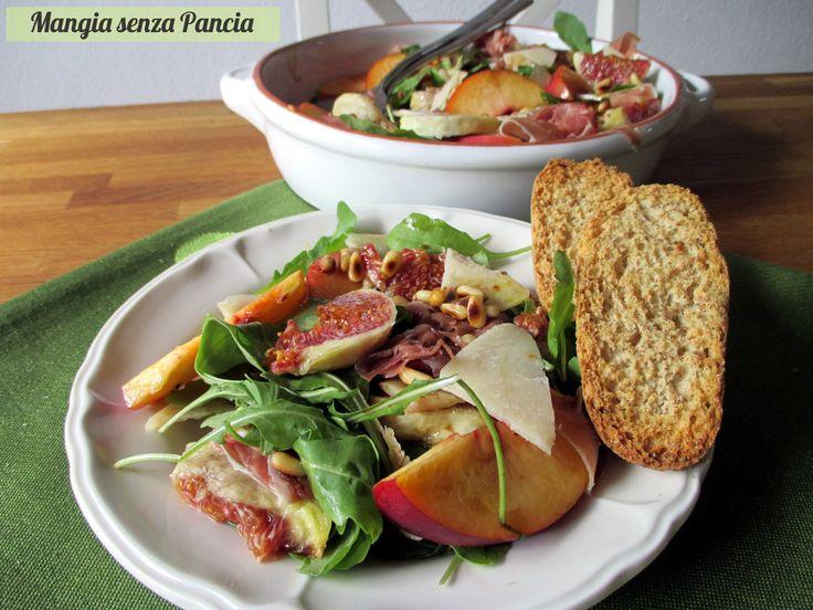 Che bella questa fresca insalata rucola e fichi con pesche, prosciutto, parmigiano e un condimento che la renderà ancora più saporita!
