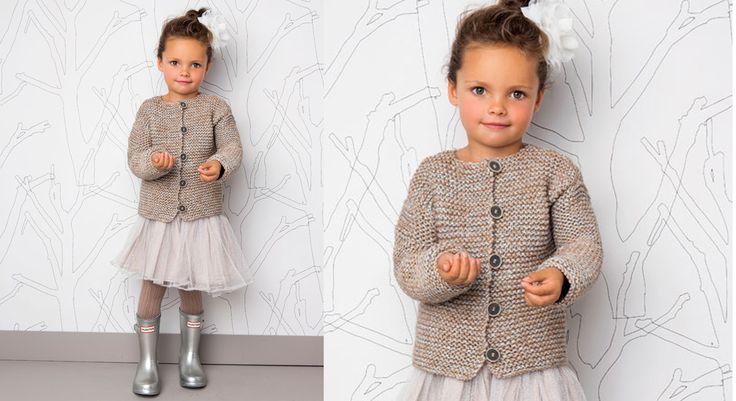 Tenue de soirée pour petite fille : on tricote le point mousse en ajoutant un fil argent. Elles vont adorer. Tailles : a) 4 ans; b) 6 ans; c) 8/10 ans; d) 12 ans; e) 14/16 ans. Le matériel Fil à ...