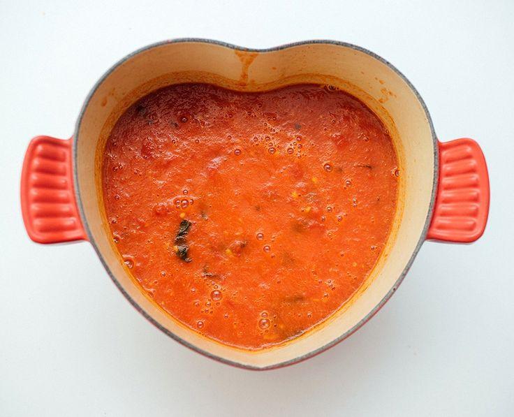 Supergod tomatsaus med bare noen få ingredienser. Å lage tomatsaus i ovn er ikke dumt, skjønner dere. Alt har jo en tendens til å bli bedre når det er ovnsbakt (tenk bare på kokte poteter vs bakte poteter liksom), og i tillegg så er dette en av de supergode sausene som virkelig lager seg selv. …