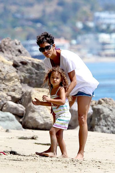 Halle Berry and Olivier Martinez spend Easter at the Beach: Olivier Martinez, Beaches, Martinez Spend, Spend Easter, At The Beach, Halle Berry Daughter Opt Jpg, Berries
