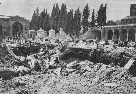 19 Juillet 1943 L'aviation américaine bombarde Rome pour la première fois, avec 500 bombardiers larguant 1000 tonnes de bombes sur les infrastructures aériennes et ferroviaires de la capitale italienne. Le bombardement endommage la basilique San Lorenzo, mais remue aussi le cimetière Verano qui lui est contiguë, le plus grand cimetière de Rome et l'équivalent du Père Lachaise à Paris, exhumant les cercueils des tombes.