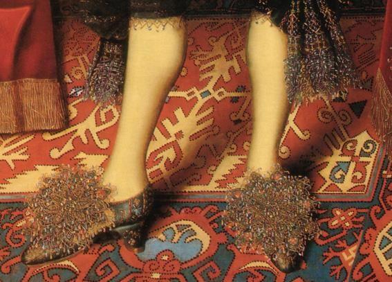 Particolari di opere: Edward Sackville, IV conte di Dorset. William Larkin, 1613, Suffolk Collection, Kenwood Hause. Vezzose scarpette coperte quasi da una vaporosa trina che richiama quella che scende dai calzoni, in abbinamento con le scarpe in tessuto fantasia, con il piedino spostato di tre quarti per farne notare il disegno: Molti ritratti maschili dell'epoca sono in questa posizione, sembra che l'abbigliamento e la coordinazione tra i vari elementi fosse molto ricercata dagli uomini.