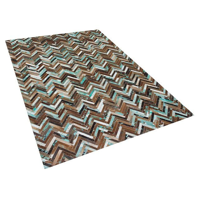 Zoek je een bijzonder vloerkleed met een luxe uitstraling? Dan is dit patchwork tapijt van reepjes koeienhuid met turquoise kleuraccenten precies wat je zoekt. De reepjes zijn in een klassiek visgraatpatroon verwerkt tot een trendy tapijt dat is gevoerd met wol en vilt. Het kleed is daarom uitermate geschikt voor vloerverwarming. Door de verschillende kleuren koeienhuid, en door het ongelijkmatige verfspat-effect is elk tapijt uniek.Een carpet van natuurlijke materialen geeft warmte aan je…