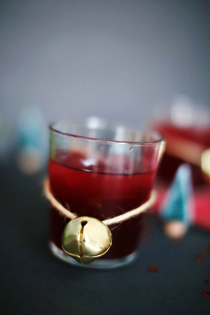 The Whiskey Pom Cocktail. A delicious mix of pomegranate juice and whiskey. An easy, delicious, and beautiful whiskey cocktail recipe!