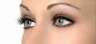 Allonger les cils avec des faux cils - Tendances maquillage et coiffures des stars