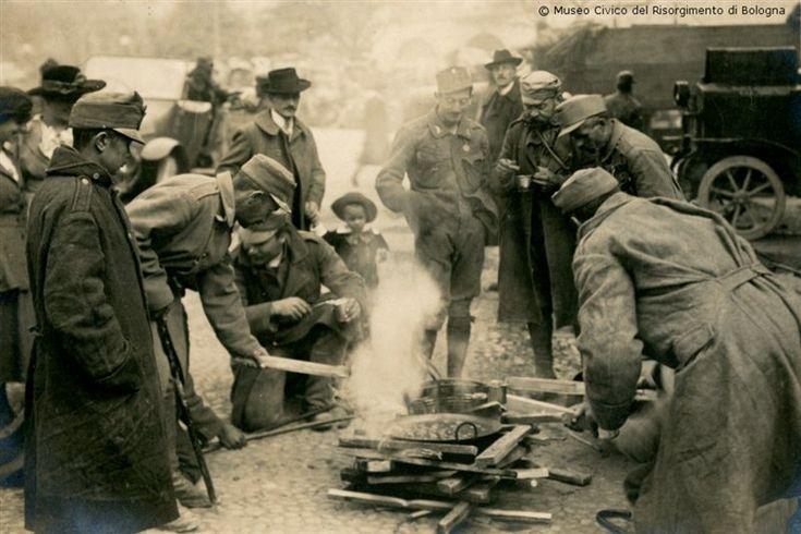 Bolzano: la ritirata degli austriaci. Dopo aver subito la sconfitta nella Battaglia del Piave a fine ottobre 1918, gli austro-ungarici si ritirano abbandonando anche la città di Bolzano