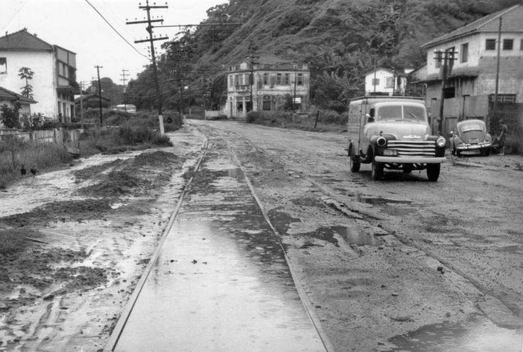 A Avenida Nossa Senhora de Fátima em Santos, que separa o Santa Maria da Caneleira, vista em 1966 com pista única por onde ainda passavam as boiadas e raros veículos, e as poças de água da chuva ou da maré